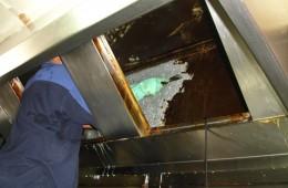 Operarios limpiando campana extractora